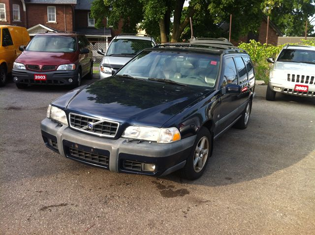 2000 VOLVO V70 XC in Scarborough, Ontario