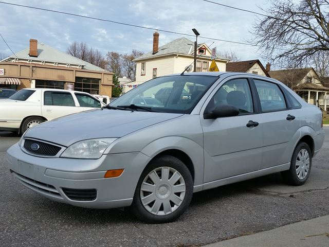 2005 ford focus se zx4 silver courtesy auto sales. Black Bedroom Furniture Sets. Home Design Ideas
