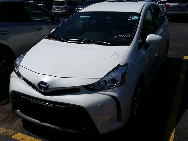 2017 Toyota Prius  V Luxury Package in Mississauga, Ontario
