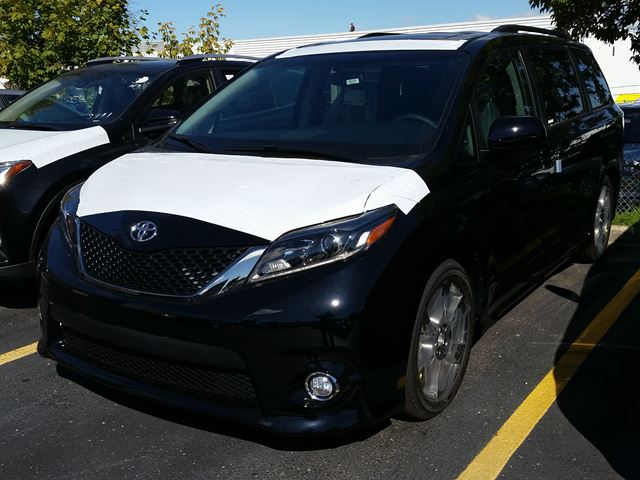 2017 toyota sienna se 8 pass black for 47445 in mississauga. Black Bedroom Furniture Sets. Home Design Ideas