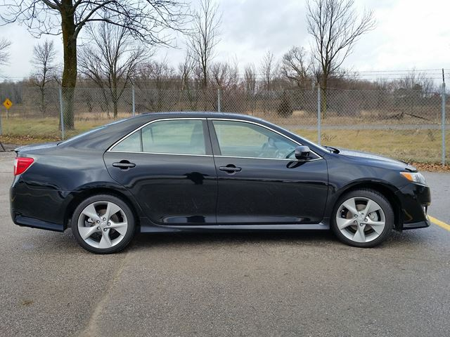 2014 toyota camry se lindsay ontario used car for sale 2652563. Black Bedroom Furniture Sets. Home Design Ideas