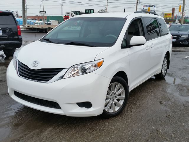 2013 toyota sienna le etobicoke ontario used car for sale 2667512. Black Bedroom Furniture Sets. Home Design Ideas