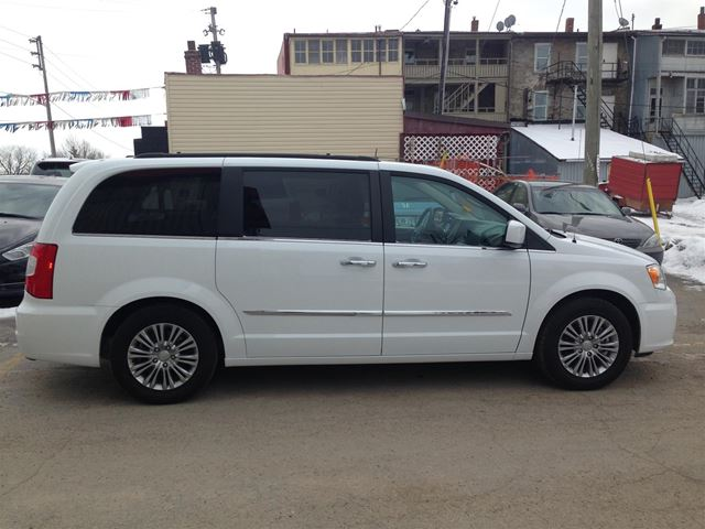 2016 chrysler town and country touring l brockville ontario used car for sale 2697889. Black Bedroom Furniture Sets. Home Design Ideas