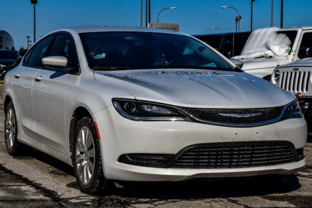 2015 chrysler 200 lx cleancarproof keylessgo pwroptions ac traction automatichdlamps thornhill. Black Bedroom Furniture Sets. Home Design Ideas