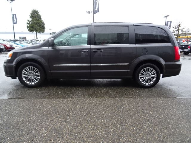 2016 chrysler town and country touring l accident free w power sliding doors stow n 39 go seats. Black Bedroom Furniture Sets. Home Design Ideas