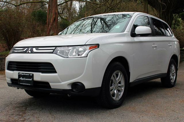 2014 MITSUBISHI OUTLANDER ES in Langley, British Columbia
