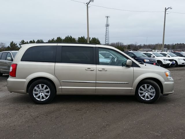 2016 chrysler town and country touring orillia ontario car for sale 2736563. Black Bedroom Furniture Sets. Home Design Ideas