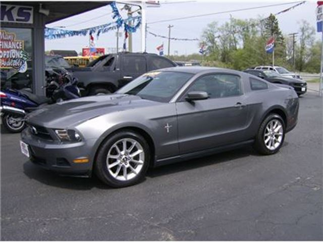 2010 Ford Mustang SUPER SPORTY !! PRETTY PACKAGE !! in Welland, Ontario