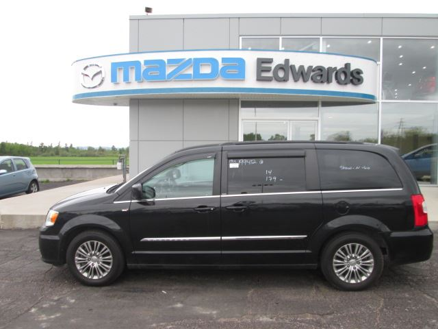 2014 CHRYSLER TOWN AND COUNTRY Touring-L in Pembroke, Ontario