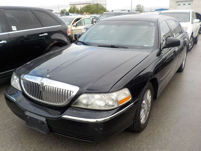 2011 LINCOLN TOWN CAR           in Innisfil, Ontario