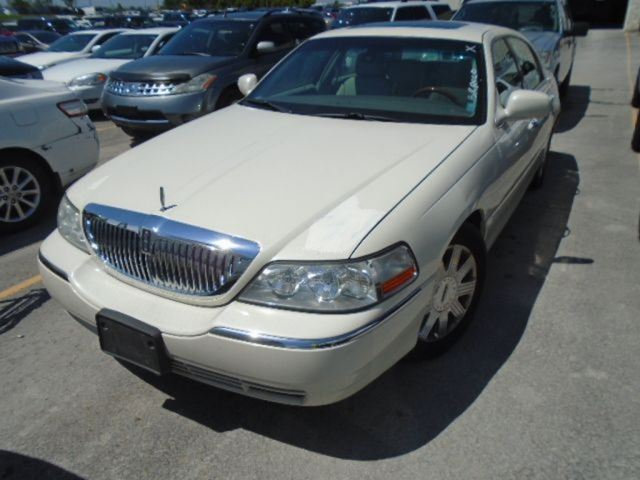 2003 LINCOLN TOWN CAR           in Innisfil, Ontario