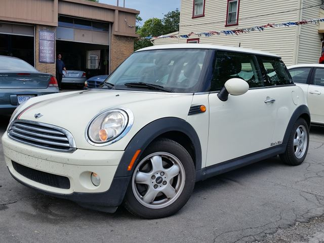 2009 MINI COOPER Classic 6spd in St Catharines, Ontario