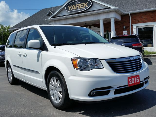 2016 Chrysler Town and Country Touring, Blind Spot, Back Up Cam, Bluetooth, NAV in Paris, Ontario