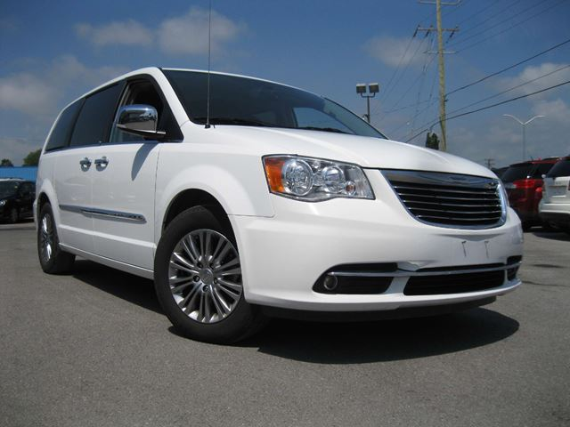 2014 CHRYSLER TOWN AND COUNTRY Touring-L in Kingston, Ontario