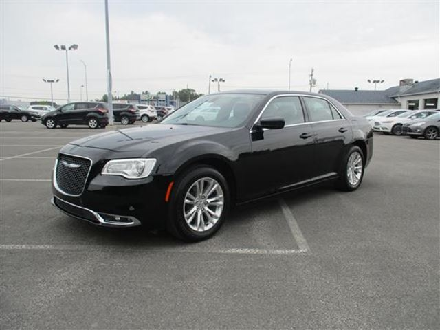 2016 CHRYSLER 300 LIMITED CUIR TOIT PANO NAV in Joliette, Quebec