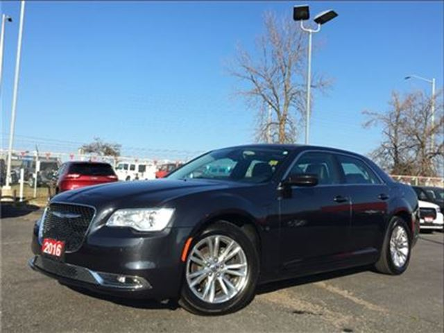 2016 CHRYSLER 300 TOURING**LEATHER**SUNROOF**NAV**BACK UP CAM** in Mississauga, Ontario