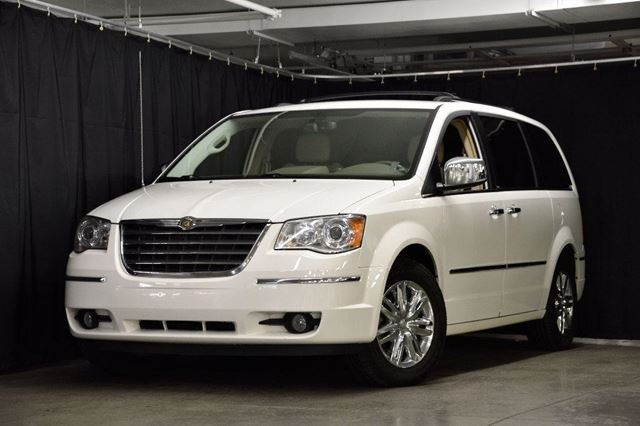 2010 CHRYSLER TOWN AND COUNTRY Limited in Longueuil, Quebec