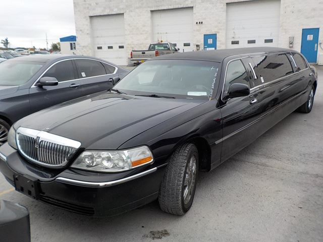 2008 LINCOLN TOWN CAR           in Innisfil, Ontario