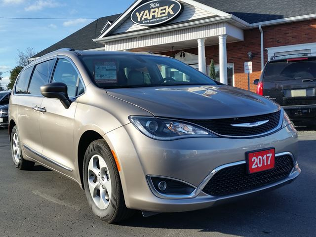 2017 CHRYSLER PACIFICA Touring-L Plus, Leather Heated Seats/Wheel, NAV, Remote Start, Pwr Doors, Back Up Cam in Paris, Ontario