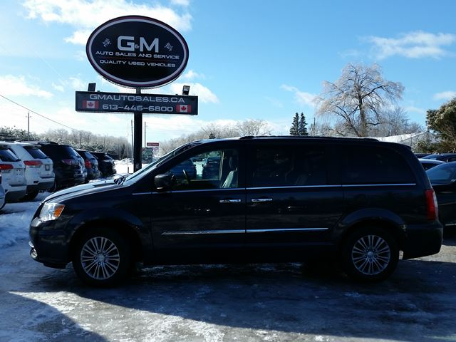 2014 CHRYSLER TOWN AND COUNTRY Touring in Rockland, Ontario