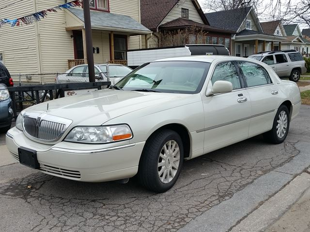 2006 LINCOLN TOWN CAR Signature RWD in St Catharines, Ontario