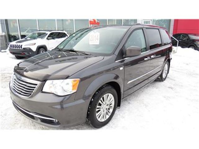 2014 Chrysler Town and Country Touring-L in Trois-Rivieres, Quebec