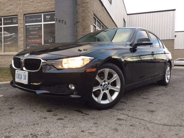 2012 BMW 3 SERIES 320i - RARE 6-SPEED MANUAL! SUNROOF, HEATED SEATS, POWER GROUP, SUPER CLEAN! BALANCE OF EXT. WARRANTY! in Orleans, Ontario