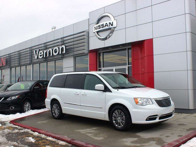 2014 CHRYSLER TOWN AND COUNTRY Touring-L in Kelowna, British Columbia