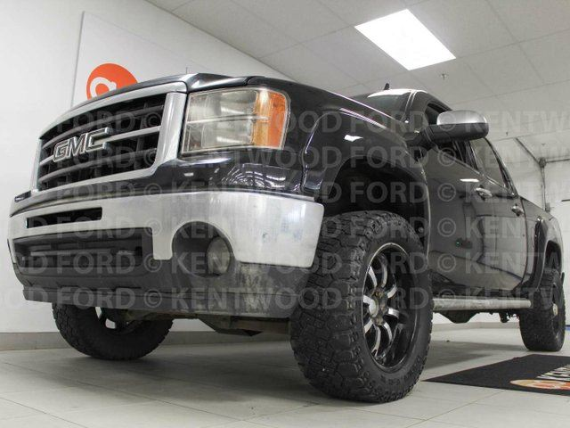 2013 GMC SIERRA 1500 SLT- NAV, sunroof, power leather seats and it even has lane departure assist! in Edmonton, Alberta