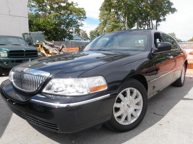 2011 LINCOLN TOWN CAR Signature Limited in London, Ontario